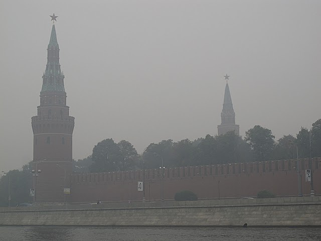 But the silent Moscow Apocalypse provoked silent panic. No screaming, no noise, no commotion. People were reportedly silently dying at home from asphyxia sealing windows and ventilation systems to secure themselves from the smog. The Moscow streets were basically empty – anyone who could had left the town. Only the dead poor and the journos stayed.