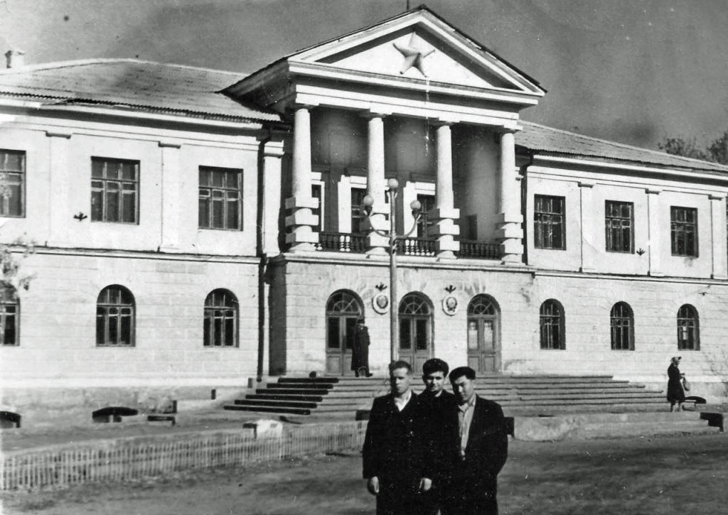 The administrative building as it looked like during the Soviet Era, but after Stalin´s death. Copyright Bolashak university.